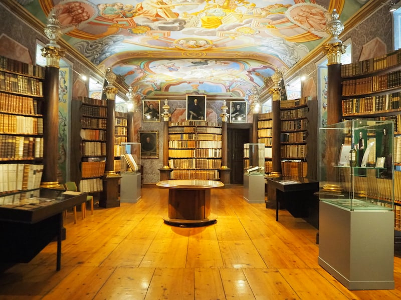 """... in einen meiner Lieblingsräume des Stiftes, die Stiftsbibliothek. Hier gibt es gar die Möglichkeit, """"Reiner Buch Pate"""" zu werden, sprich für ein altehrwürdiges Buch oder Manuskript die Patenschaft zu übernehmen!"""