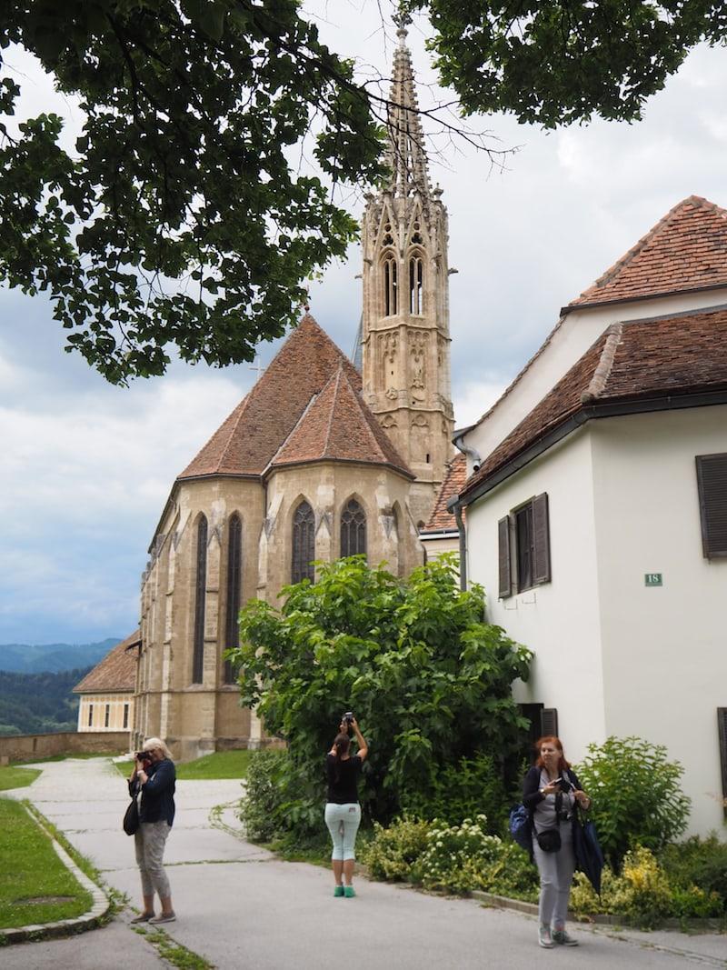 Angekommen: Die Wallfahrtskirche Maria Straßengel thront hoch über der umliegenden Landschaft ...