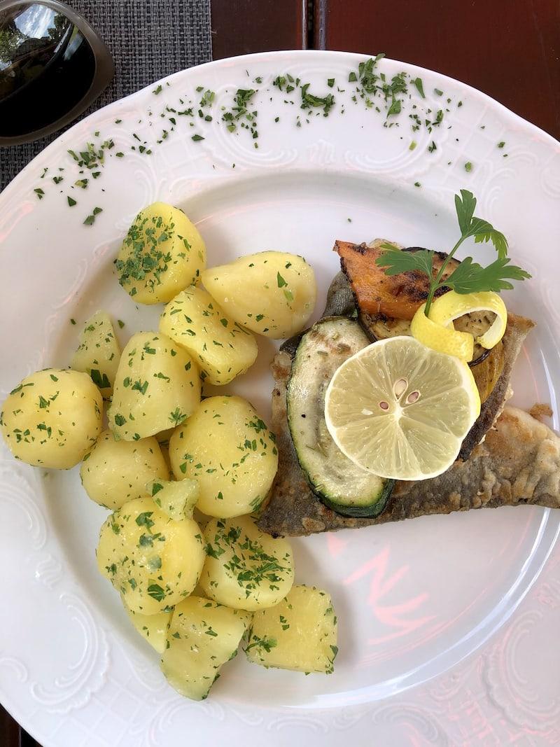 Mahlzeit in der Stiftstaverne von Stift Rein: Dieses Gericht hat sich auch der Jüngste in unserer Runde schon schmecken lassen.