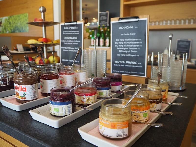 ... beim Frühstück erwartet uns die ideale Stärkung für den Tag: Köstliche, regionale und frische Produkte.