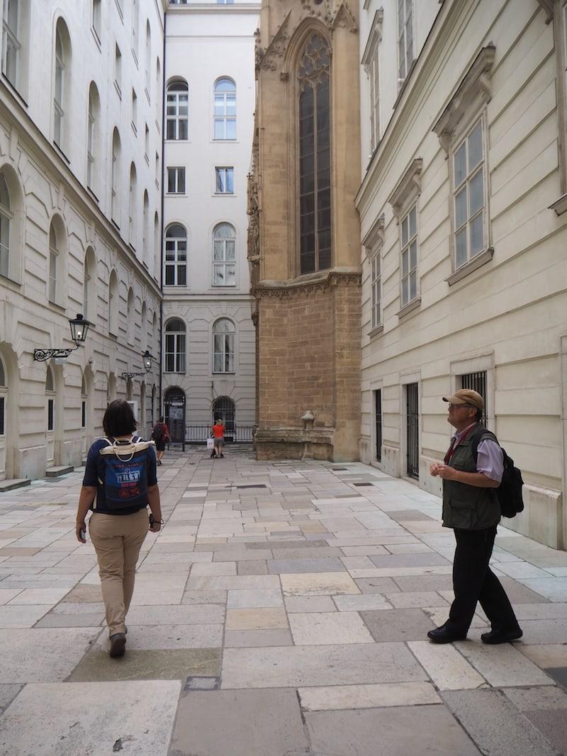 """Begeistert hat mich weiters die Wiener Stadtführung """"Versteckte Innenhöfe"""" mitten im 1. Wiener Gemeindebezirk, wie hier etwa nahe des Michaelerplatzes und der Hofburg Wien ..."""