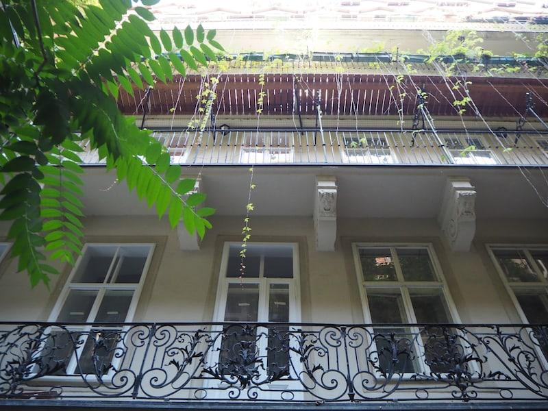 """... wer hätte gedacht, dass diese wunderbaren Kleinode allesamt öffentlich zugänglich sind? Blick hinauf zu den """"Pawlatschen"""", um die Jahrhundertwende bewusst offen konstruierte Balkone, die es Nachbarn ermöglicht haben, einander im Freien zu begegnen und sich auszutauschen."""
