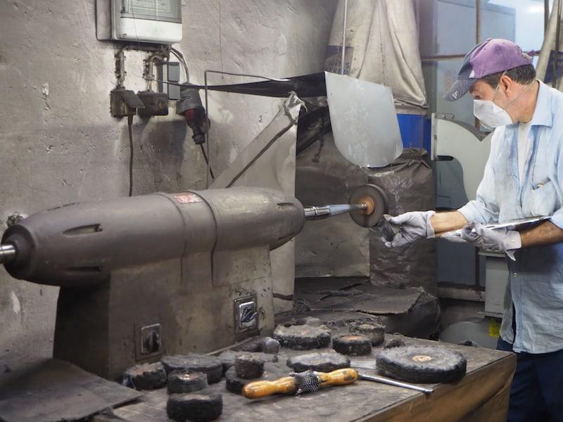 Hier wird heute gerade ein Silbertablett fertig poliert, bis es auf Hochglanz