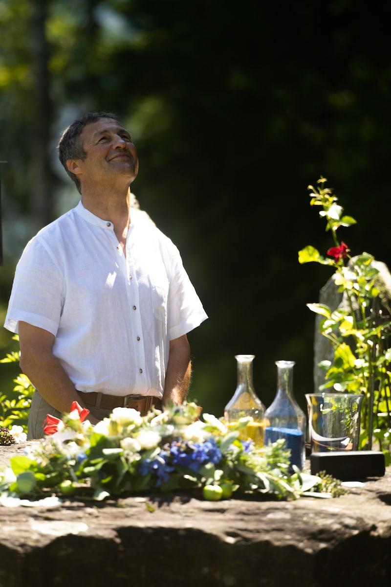 """Sigi, langjähriger Wegbegleiter und Freund des Bräutigams (nunmehr der ganzen Familie) hat sich einverstanden erklärt, als """"Zeremonien-Meister"""" zu fungieren."""