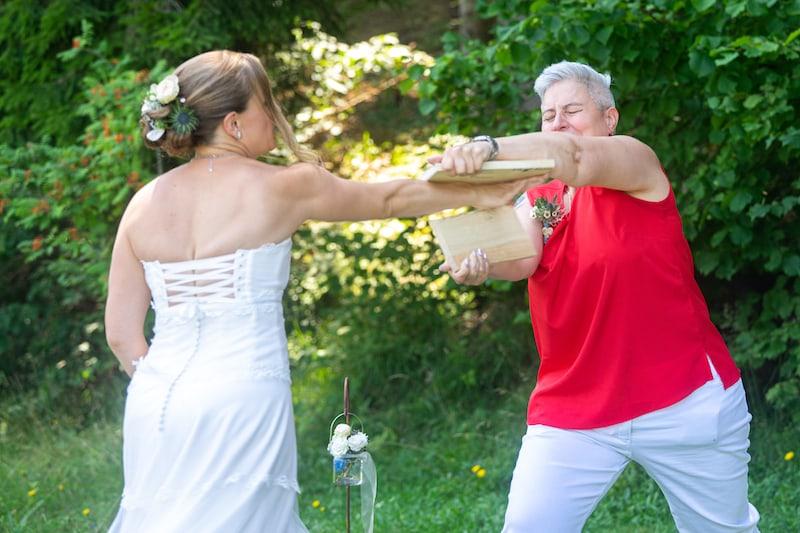 ... die Braut, die sich traut (auf ihrer eigenen Hochzeit Bretter zu zerschlagen!) ...