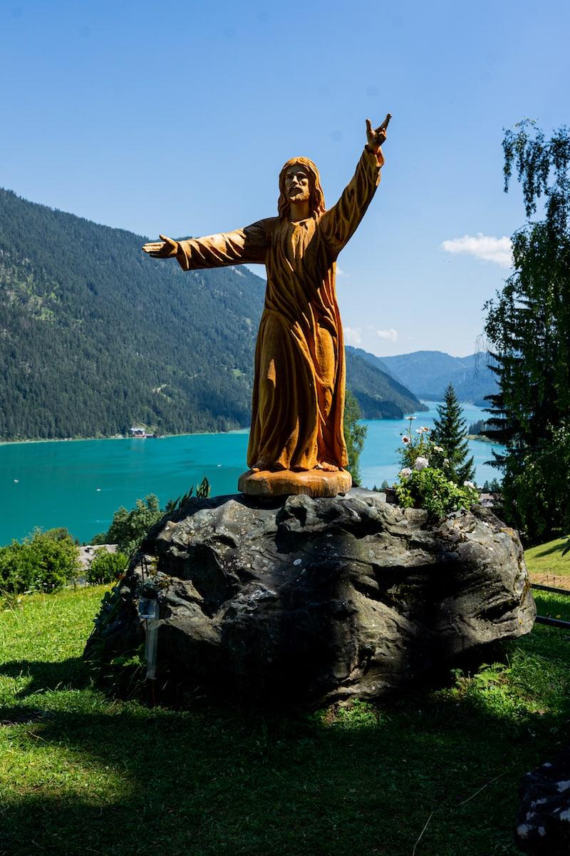 Auf zur großen Reise: Bild an der sogenannten Hoffnungskirche am Kärntner Weissensee, wo unsere freie Trauung stattfand.