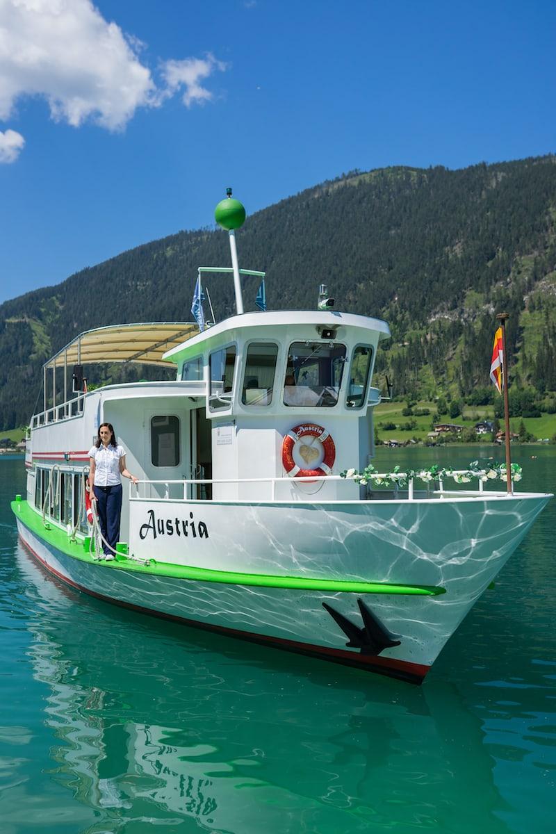 """Eine Schifffahrt war natürlich die ideale Wahl, um die zauberhafte Naturkulisse des smaragdgrünen Sees mit seinem """"weißen Band"""" am Seeufer (daher der Name Weissensee) rundum zu genießen."""