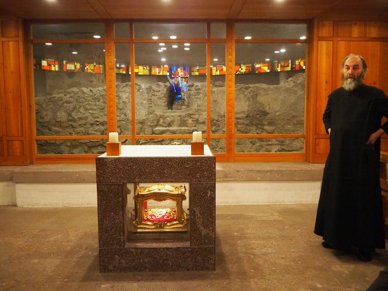 """Bruder Theo eröffnet die Führung durch die Klosteranlage mit einem Blick in das """"Allerheiligste"""":"""