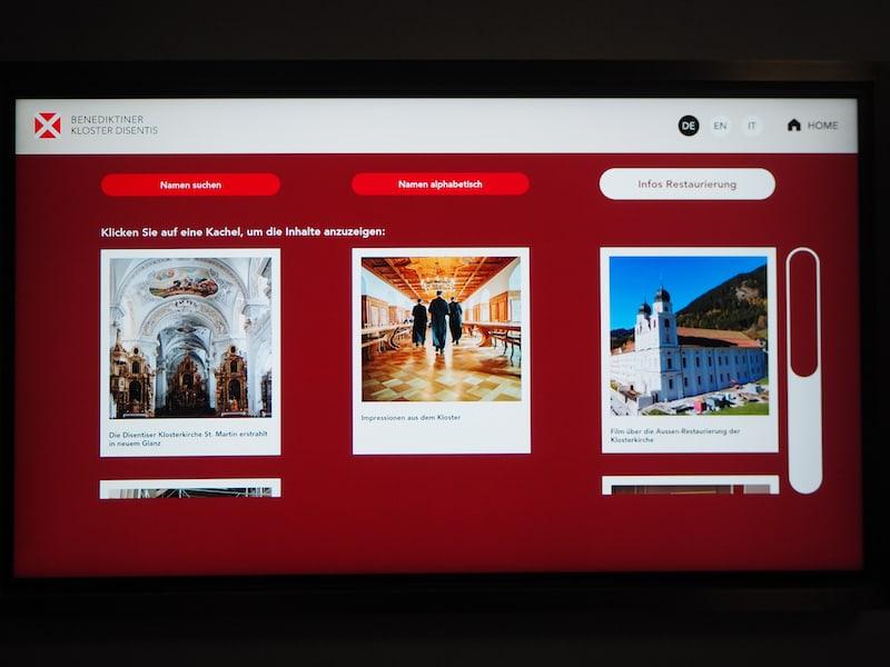 Blick auf den Bildschirm: Auf dem Weg zur Klosterkirche finden Besucher erweiterte Informationen rund um das Kloster Disentis vor.
