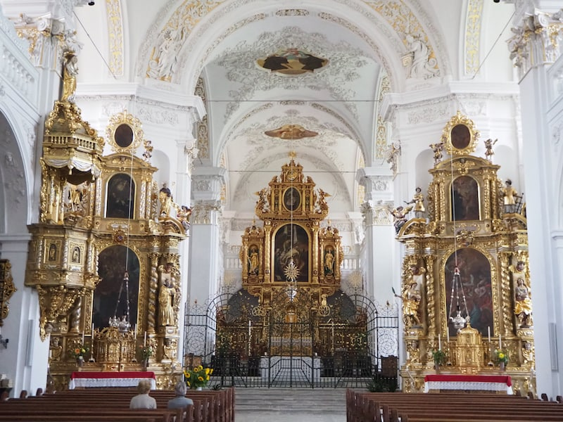 Weiter geht es mit einem Besuch der Klosterkirche, die dem Heiligen Martin gewidmet ist und über die wir während unseres Rundganges viel Interessantes und Wissenswertes erfahren.