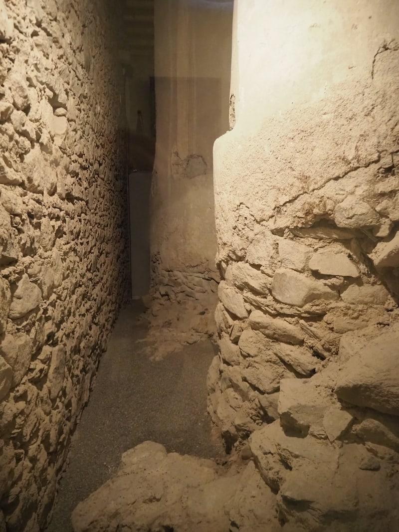 Auf dem anschließenden Weg zum Museum begegnen uns erneut uralte Grundmauern der gewaltigen Klosteranlage.