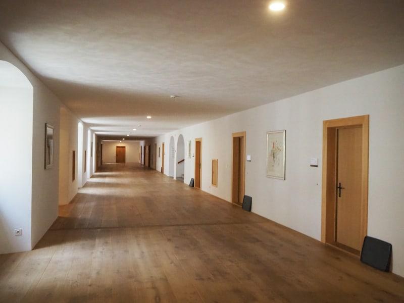 Der Blick in den Gästetrakt des Klosters verrät: Hier ist man wirklich sehr um Gäste bemüht.