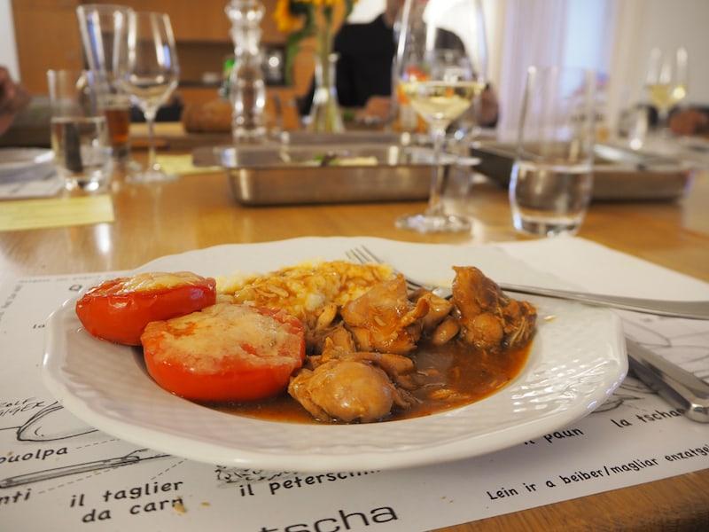 Abends wird uns gemeinsam Suppe und Hauptmahlzeit aus großen Schüsseln serviert, dazu gibt es Wein aus den klostereigenen Weingärten.