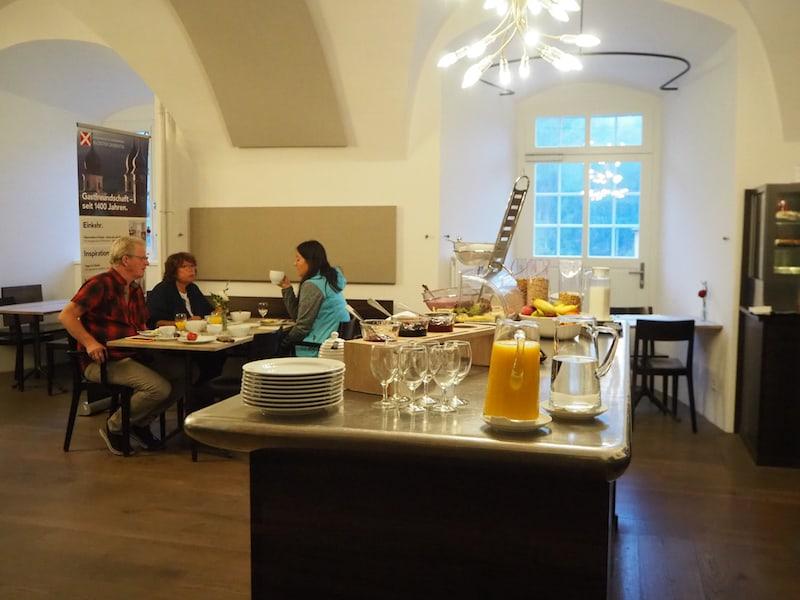 Auch das Frühstück im Kloster Disentis erfrischt uns mit einer guten Speise- und Getränkeauswahl, erneut direkt in der St. Placi-Stube.