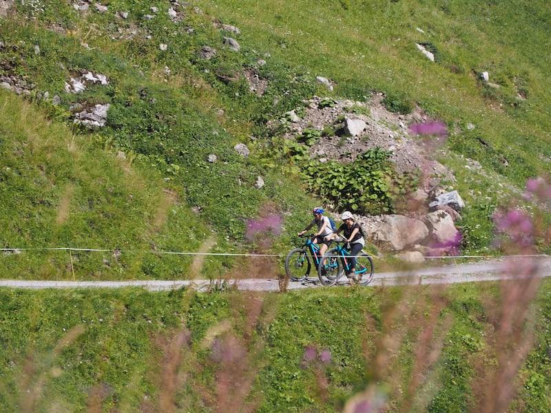 Wir radeln weiter, Turbo-Zuschaltung auf unseren E-Mountainbikes sei Dank ...