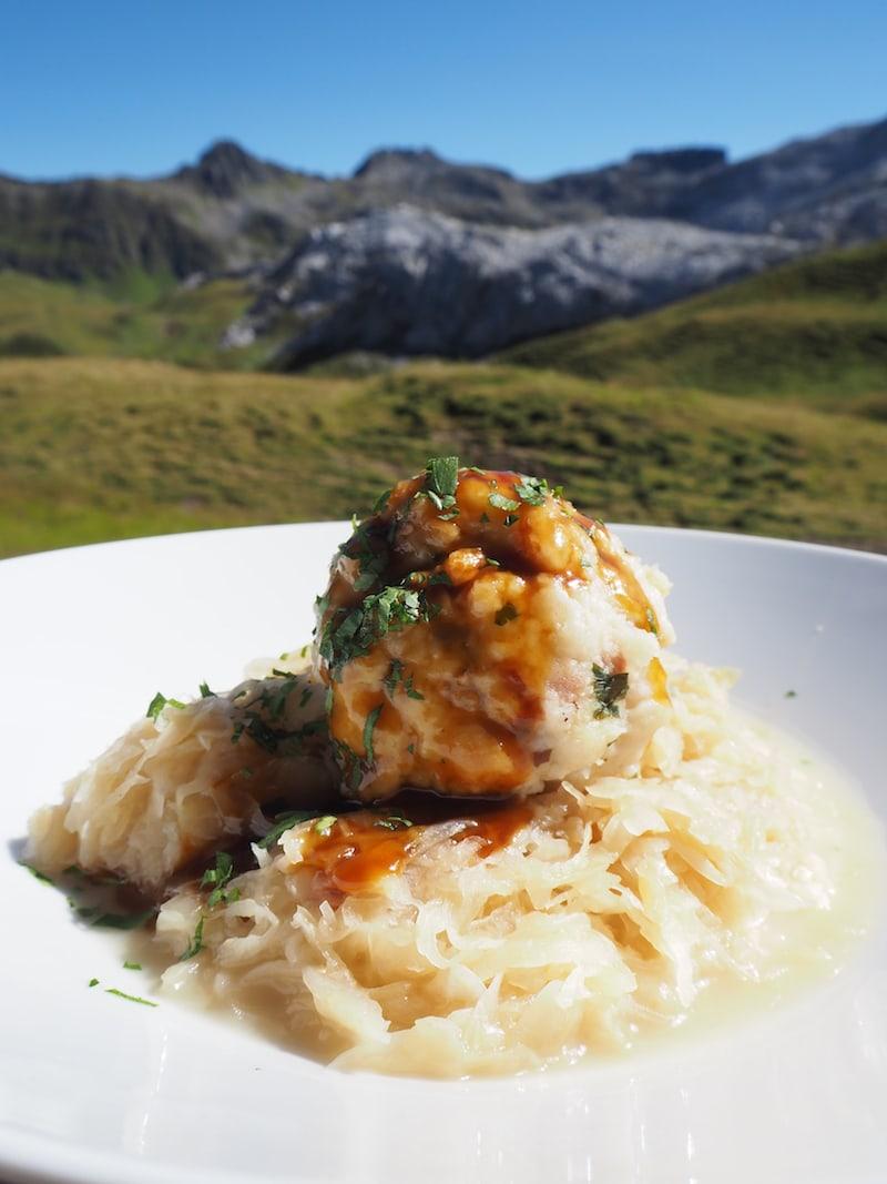 ... und gegen den Hunger ein ordentliches Speckknödel mit saftigem Sauerkraut auf der Tilisunahütte. Mahlzeit!