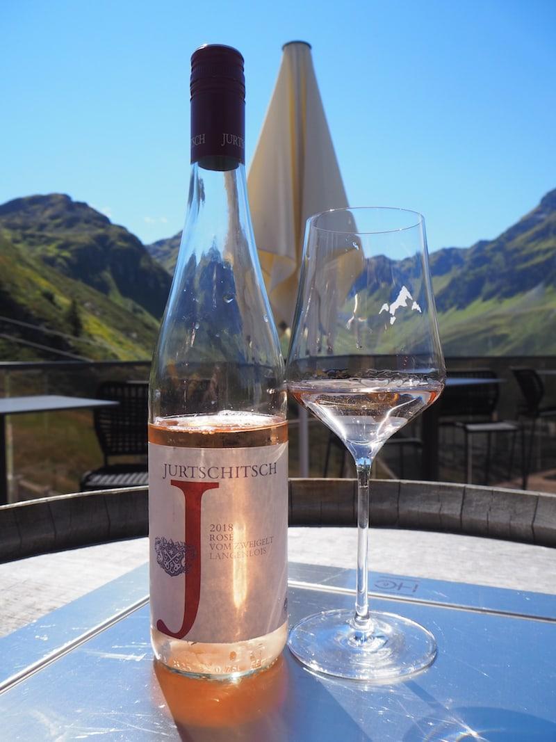 Aussichten wie diese sind hier bei gutem Wetter einfach atemberaubend, findet Ihr nicht? Vor allem, wer solch ein #Winelover ist wie ich! Grüße an meine Heimat, hier mit meinem Wein vom Weingut Jurtschitsch im Kamptal, Niederösterreich.