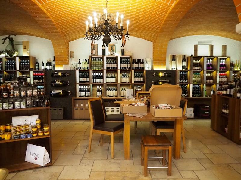Auch hier sind übrigens erste Spuren des späteren Weinerlebnisses zu finden: Eine gut sortierte Vinothek ergänzt das erlesene, vielfältige und überaus schmackhafte Schinken-Angebot.