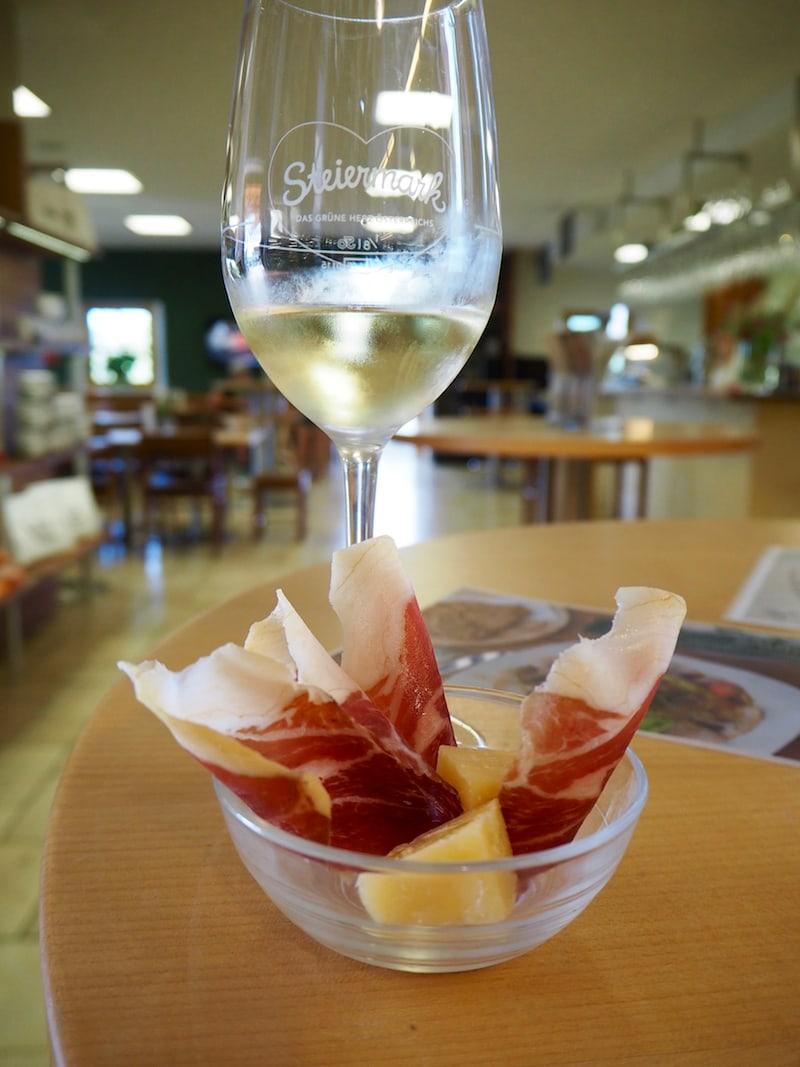 ... denn was wir hier essen, ist alles außer gewöhnlich: Zart schmilzt dieser 15 Monate gereifte Schinken im Mund, dazu gibt es - selbstredend - das erste Gläschen Wein.