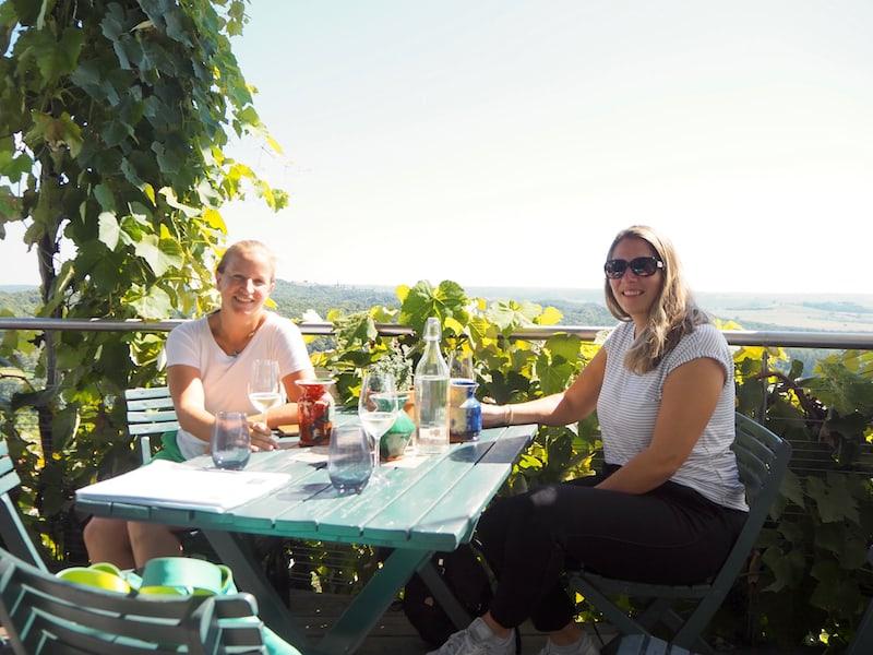 Unterwegs mit Verena Autherith genießen wir den Tag im Sonnenschein auf der Terrasse.