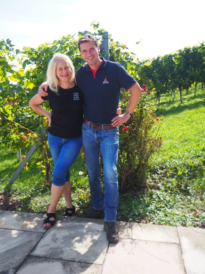 Sie und ihr Mann bewirtschaften insgesamt ... Hektar Rebfläche, vorwiegend mit den Sorten ...