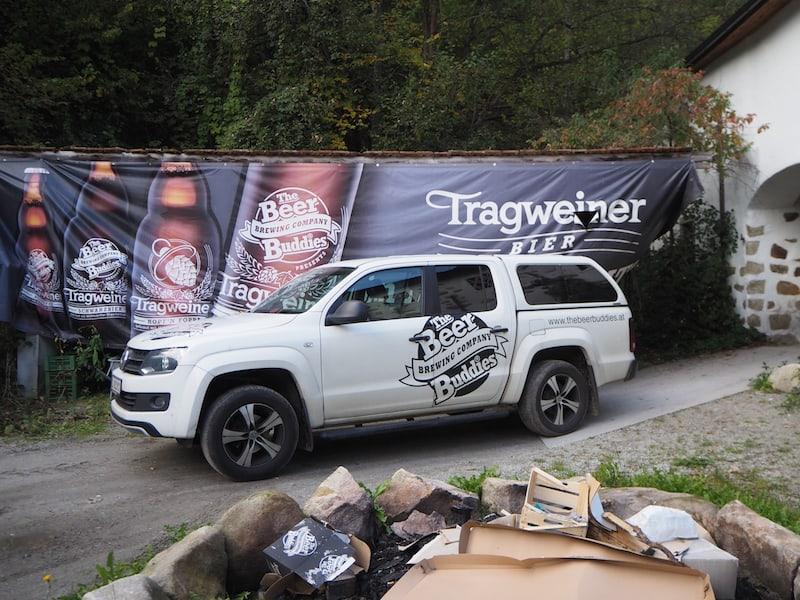 ... bis hin zur Feuerstelle mitsamt dem Firmenauto deutet alles auf die Spritzigkeit dieses einzigartigen Bier-Duos.