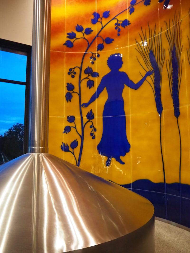 Blick in das Sudhaus der Braucommune Freistadt mit künstlerischem Fliesengemälde.