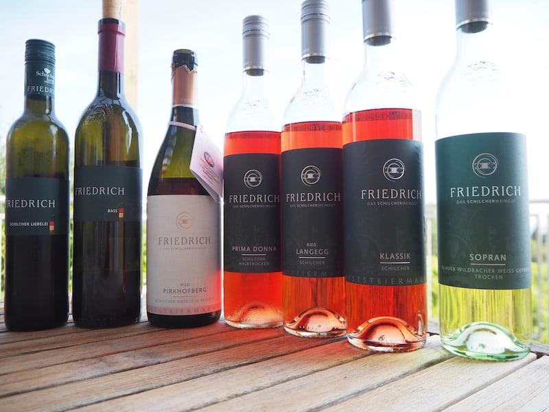 Auf der Terrasse gönnen wir uns einen kostbaren Querschnitt durch sämtliche Weine des Schilcherweinguts Friedrich: