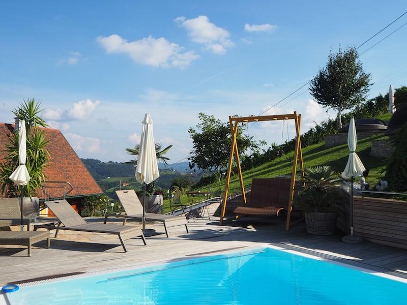... der Blick in den Garten mit der dazugehörigen Pool-Landschaft lässt mich spontan beschließen, hier selbst mal Urlaub machen zu wollen!
