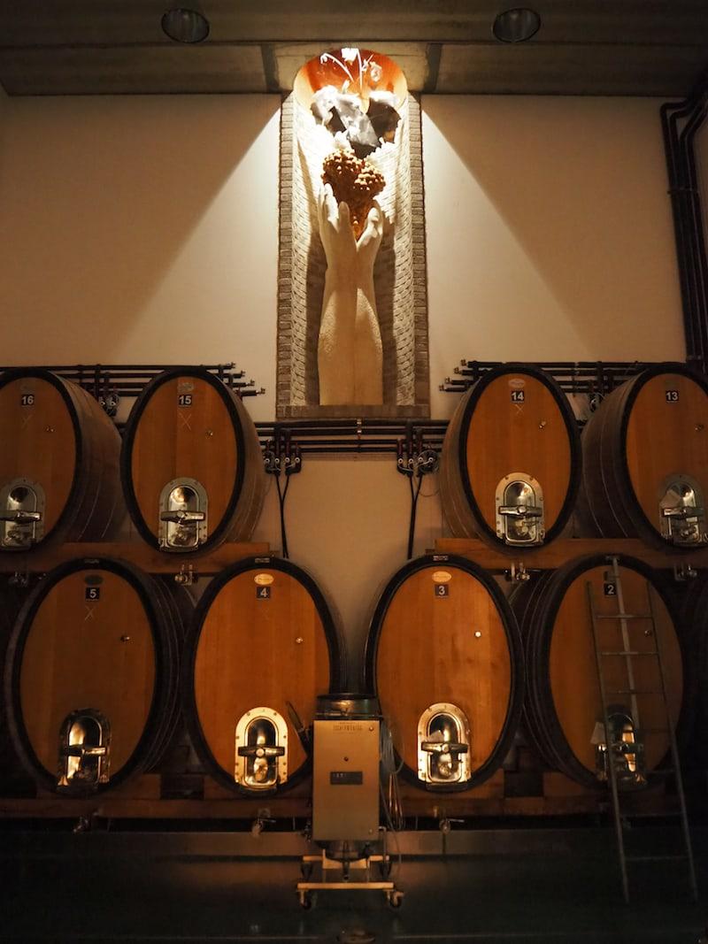 Auch vom Keller bin ich beeindruckt: Blick in den Barrique-Keller mit Weinskulptur.