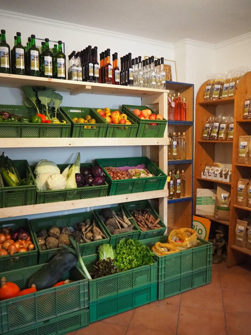 Blick in den Hofladen, dessen Produkte schon seit über 25 Jahren erfolgreich biologisch angebaut und vermarktet werden ...