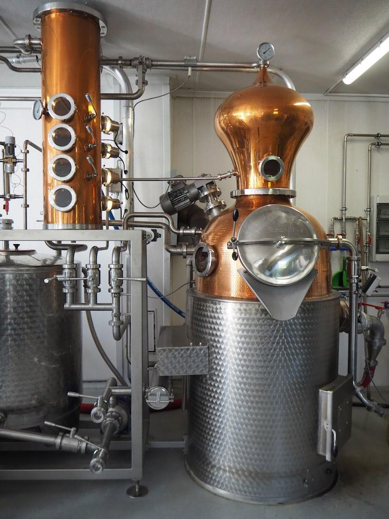 Nebenan dürfen wir ebenso einen Blick in eines der Herzstücke des Betriebes werfen, die BioBrennerei ...
