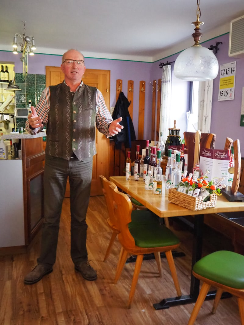 ... genießen es wie der extra eingeladene Hirschbacher Genussbrenner Rupert Wiesinger, uns in ihrem Gasthaus Kräuterwirt Dunzinger begrüßen zu dürfen ...