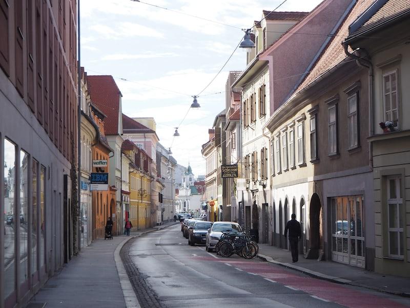 ... (ent)führt uns durch die weniger bekannten Grazer Stadtviertel Lend und Gries, hier mit Blick in die Griesgasse südlich der Mur ...