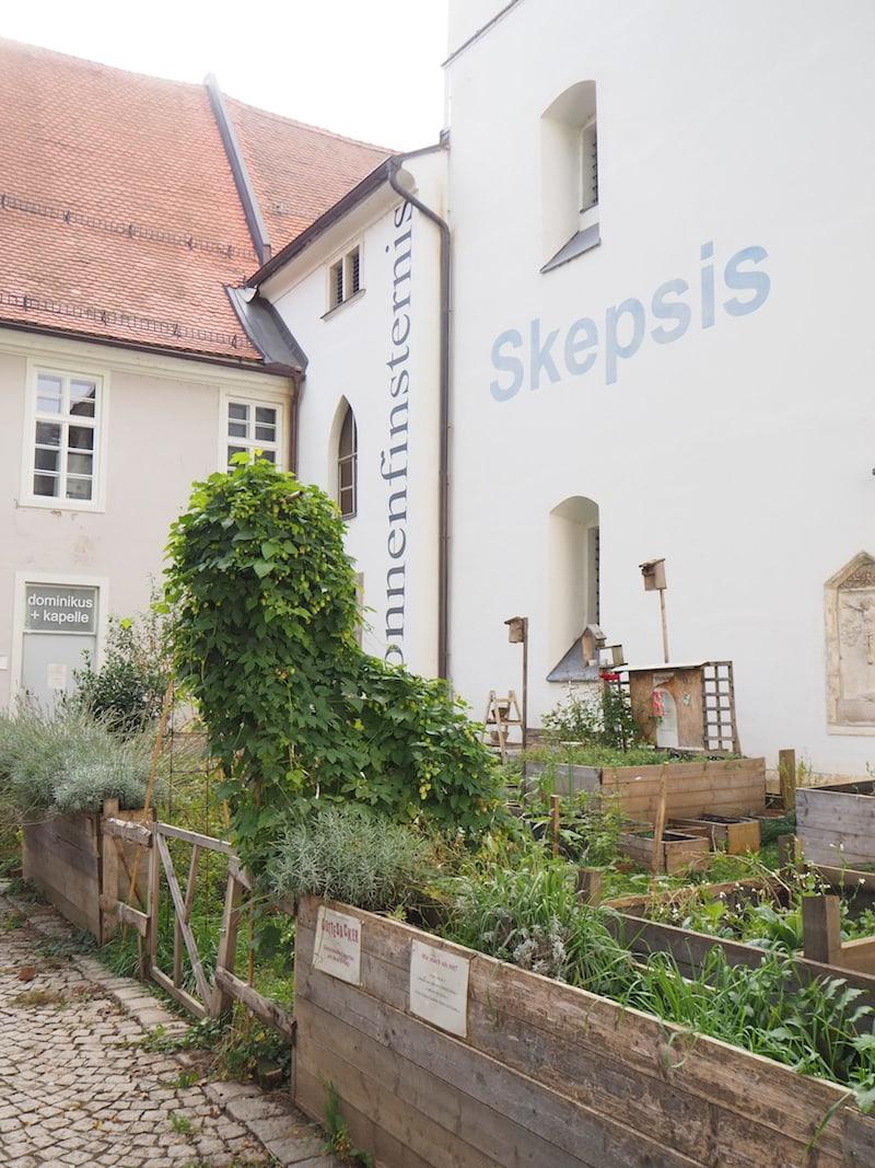 Blick entlang der Außenfassade der Kirche St. Andrä in der Grazer Murvorstadt ...