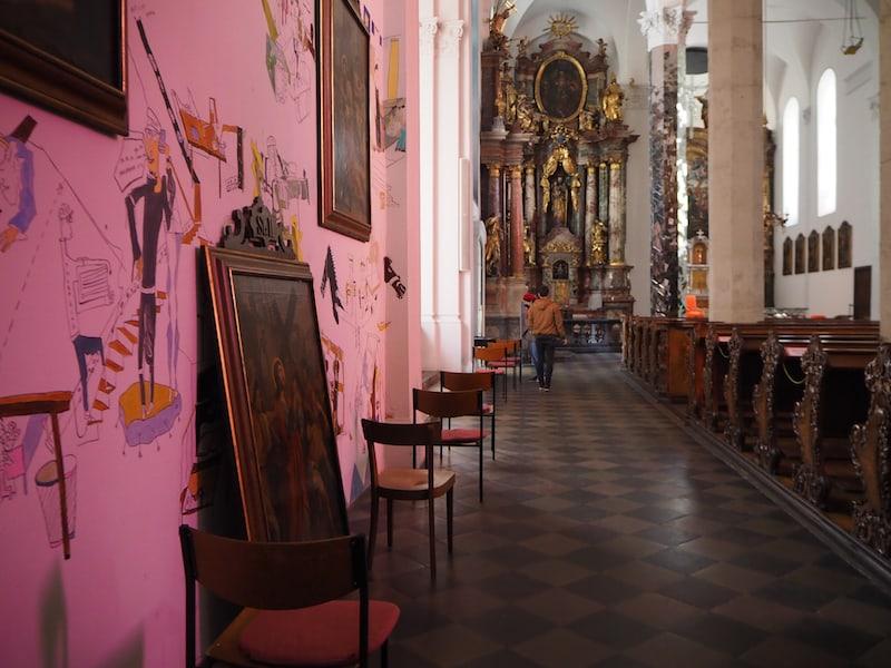 ... auch innen drin ist die Kirche nicht minder beeindruckend- und führt auf faszinierende Weise Kunst und Kirchentradition zusammen. Einzigartig. Bei Eurem nächsten Besuch in Graz müsst Ihr hier vorbeischauen!