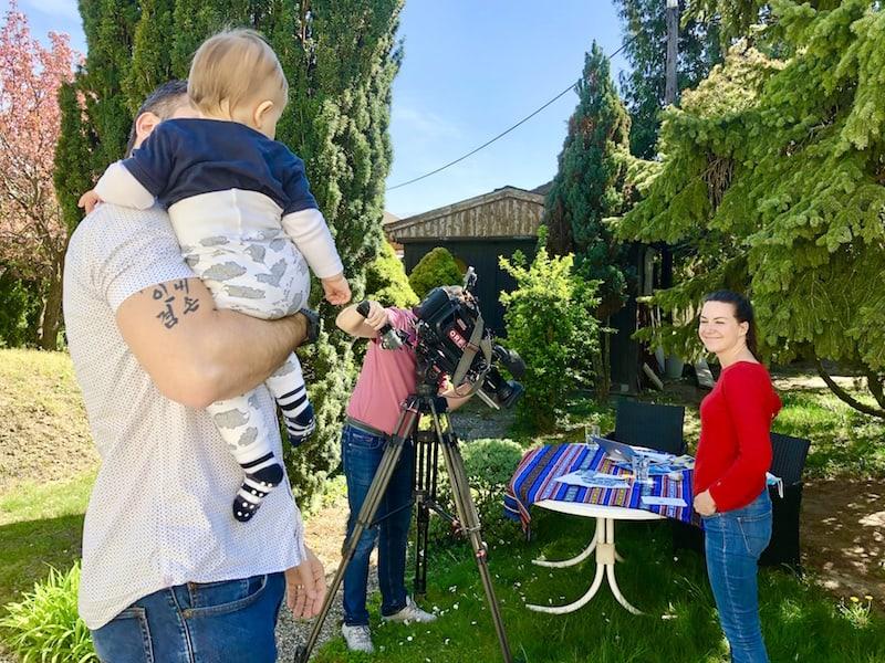 Ein knappes Jahr und schon das dritte Mal vor der Fernsehkamera: Baby Liam sieht ganz interessiert zu, wie der Garten zum Fernsehstudio umgemodelt wird ...