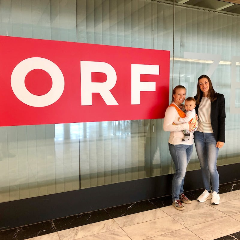 At the ORF center on Vienna's Küniglberg, I pose in front of the camera with baby Liam: this is where we discussed all the details of my second TV feature, a segment that also deals with traveling with children.