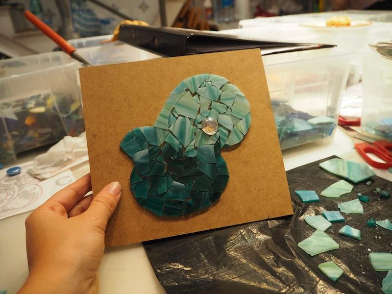 """Jahre später, genau genommen im Frühjahr 2015, taucht mein Anhänger """"wieder auf"""", als ich beschließe, aus seiner ursprünglichen Form ein Mosaik bei einem Kreativkurs in Barcelona zu legen ..."""