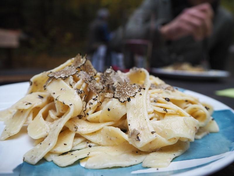 Im Anschluss an die Trüffeljagd verkosten wir ein einfaches Pastagericht, das von wenig mehr als den frisch geriebenen Trüffeln gekrönt wird, die wir soeben ausgegraben haben. Mahlzeit!