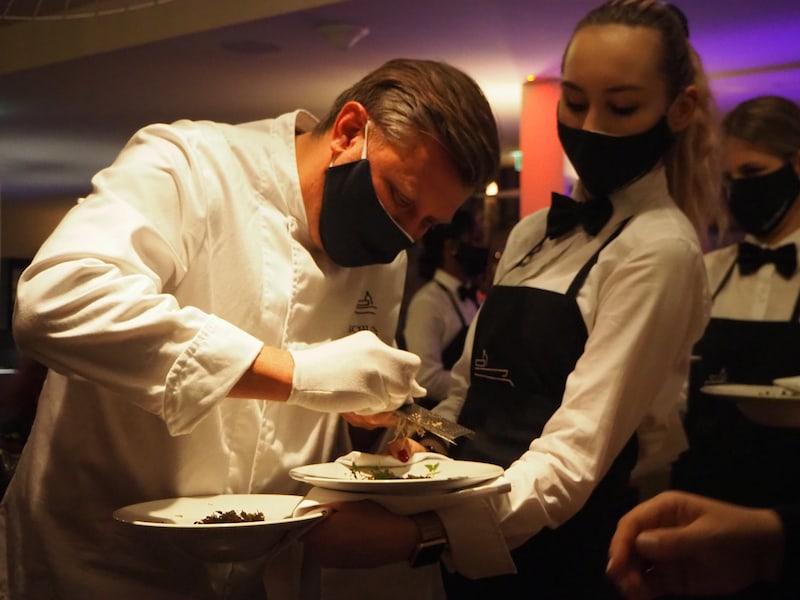 ... der Küchenchef höchstpersönlich reibt Trüffel über unsere Gerichte ...