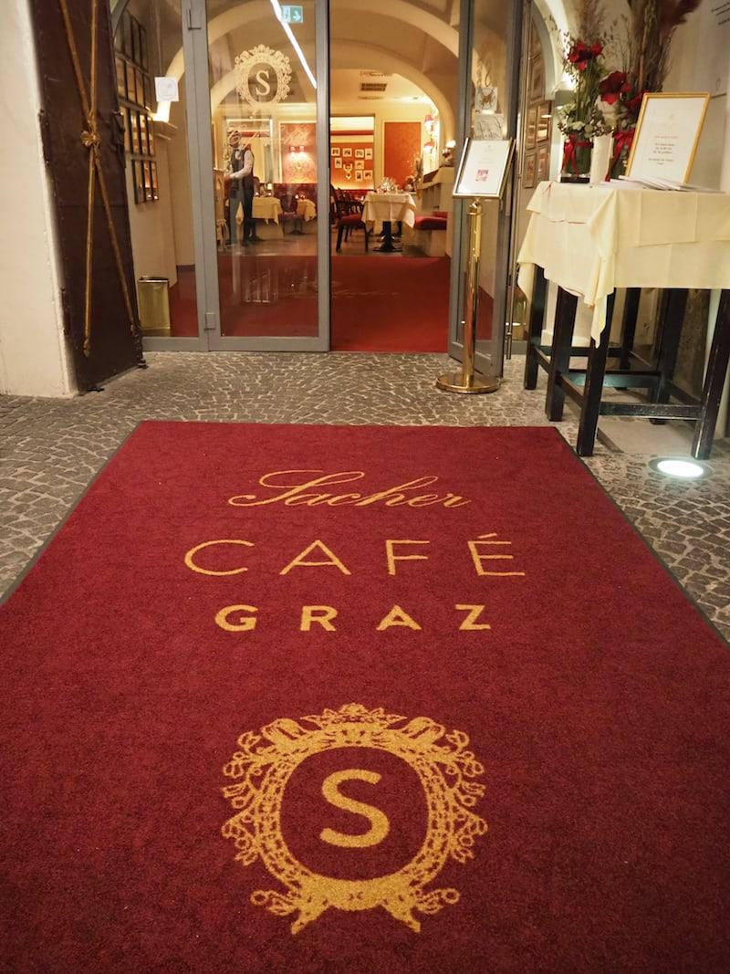 Eingang ins Café Sacher Graz über die Herrengasse ...
