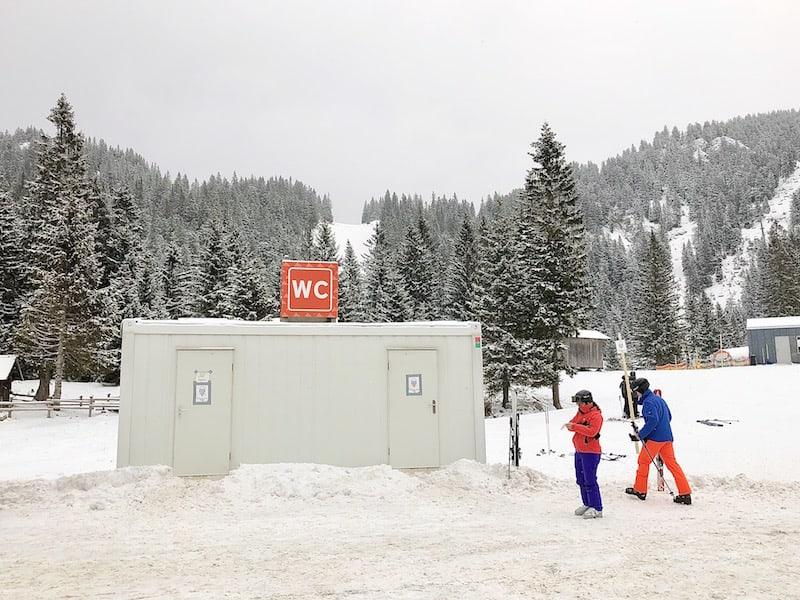 Mobile WC-Anlage an einem der drei Parkplätze des Skigebiet Hochkar.