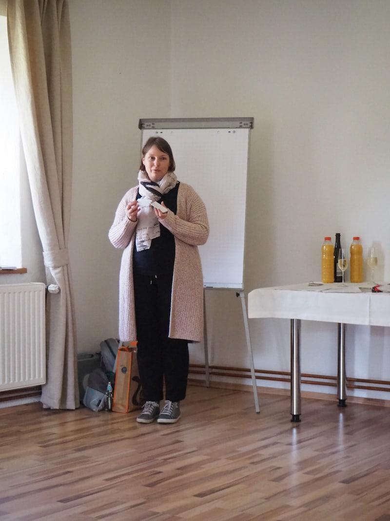 Anita Arneitz begrüßt uns zum ersten Schreibseminar in diesem Jahr auf Gut Trögern in Südkärnten, nahe der slowenischen Grenze.
