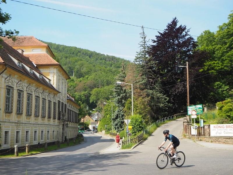 Los geht's: Vom Jakomini-Platz nehmt Ihr Bus Nummer 40 nach Graz-Gösting und steigt hier bequem an der Endhaltestelle aus: Sie ist gleichzeitig der Einstieg in eine der #7SummitsGraz Wanderungen.