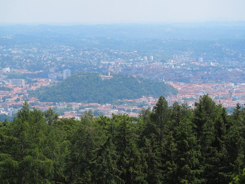 Et voilà: Graz ganz groß, mit seiner grünen Schlossberg-Oase inmitten der Altstadt vom Fürstenstand aus gesehen.