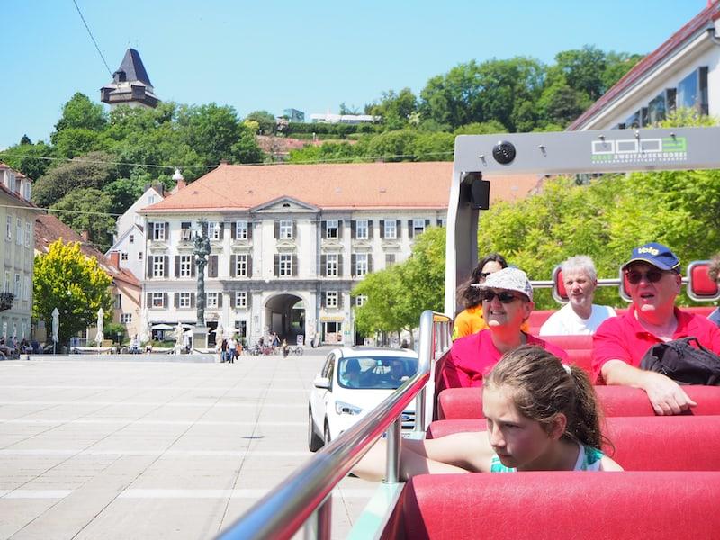 Blick vom Cabrio Bus zurück auf Altstadt und Schlossberg Graz.