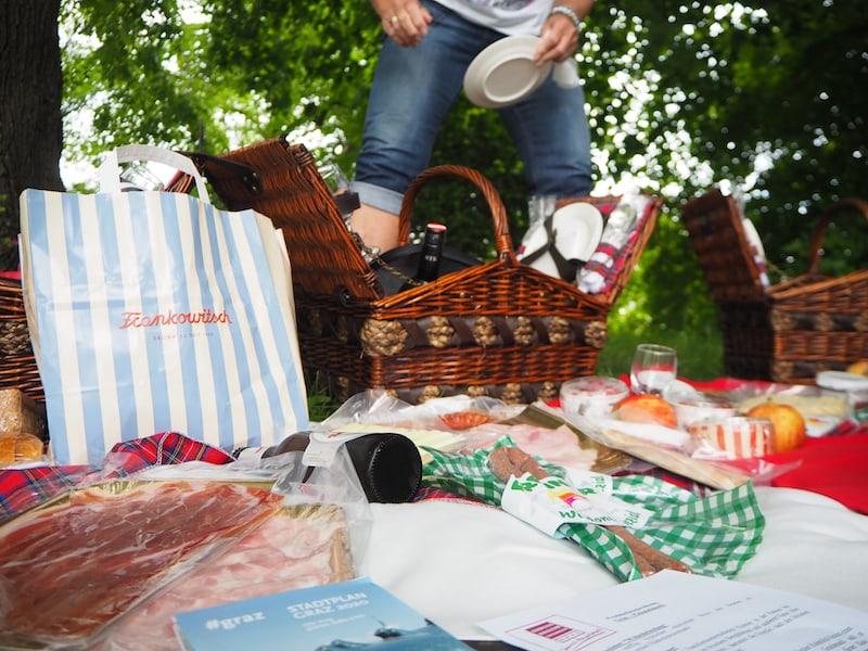 Gut gefüllt sind diese schicken Picknickkörbe, welche uns die Wanderung am Grazer Schlossberg versüßen.