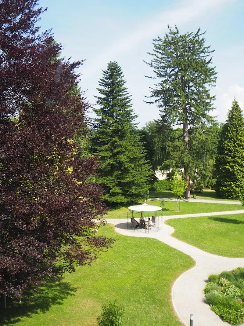 Mein Gästezimmer ist im zweiten Stock mit dieser Aussicht über den schönen, parkähnlichen Innenhof ...