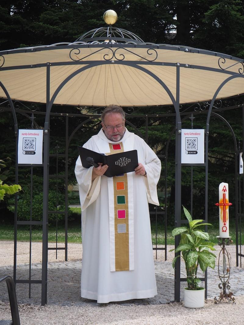 Rektor Rüdiger Kiefer im priesterlichen Ordensgewand der Pallottiner